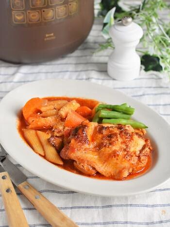 鶏肉のトマト煮とペンネを同時に作れる電気圧力鍋のレシピ。ペンネに鶏肉のうま味がたっぷりと浸み込んで、美味しさがアップします。  加圧時間5分でできるのに、おしゃれなメイン料理が完成!ワインとのお供としてはもちろん、まったり過ごしたい日のブランチとしてもおすすめです。