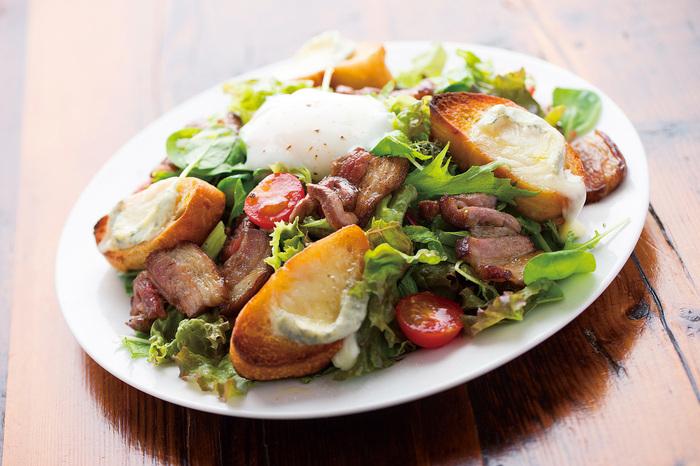 名物のサラダでヘルシーランチ♪季節のスープ、天然酵母パン、健康茶も付くので満足感があります!