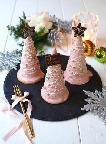 アイスクリーム用のワッフルコーンとビスケットを土台にしたクリスマスツリー風ケーキです。中は、クリームチーズとヨーグルトを混ぜたレアチーズ風味。ピンク色のいちごチョコをコーティングしてデコレーションすれば、かわいいミニツリーのできあがり♪