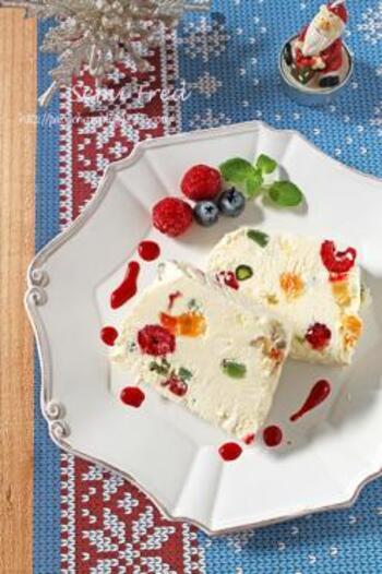 セミフレッドとは、イタリア生まれの半解凍状態に冷やし固めたアイスケーキ風のスイーツのことカラフルなドライフルーツを加えてクリスマス仕様に。断面も美しく、ソースやフルーツを添えればレストランのようなスペシャルデザートになりますよ。