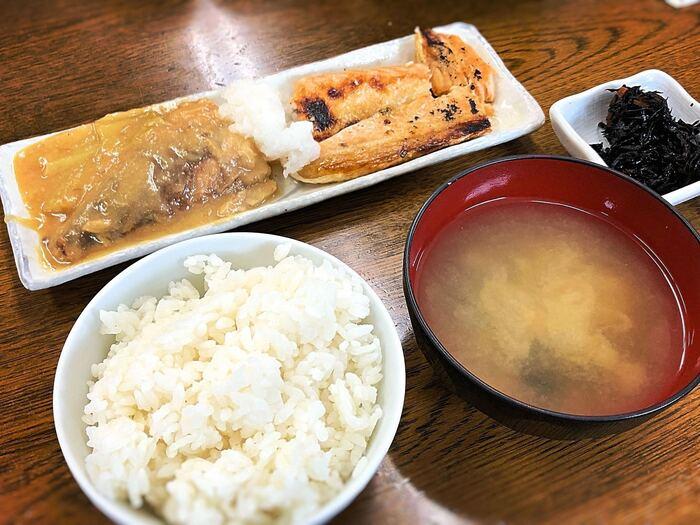 看板メニューの鯖味噌は骨までトロトロの柔らかさ!ご飯とお味噌汁はおかわり自由という嬉しいサービスもあり、お箸が止まらなくなります♪