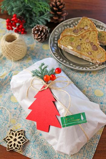 スパイスケーキや焼きドーナツなど、素朴なスイーツはカジュアルなラッピングがお似合い。グラシン紙で全体を包んだら、麻ひもを十字に結びます。ツリーモチーフのカードにメッセージを添えてプレゼントしましょう。