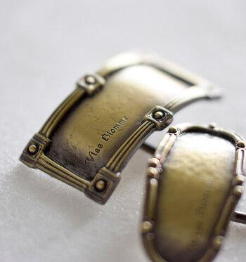 「Vlas Blomme(ヴラスブラム)」は、くすんだ金古美真鍮がおしゃれ。アンティークな雰囲気のポニーフックは、大人女子こそ似合うアイテムです。専用の箱に入っているので、プレゼントにもおすすめですよ。