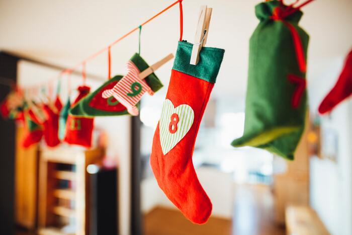 アドヴェンツカレンダーは、12月1日から12月24日までを数えるためのカレンダー。よく売られているのは1から24の数字の窓が作られたボード状の紙製カレンダーで、窓を開けるとそれぞれに小さなチョコレートが入っています。チョコレートは一つ一つ味や形が異なることも多く、1日1回窓を開けて新しいチョコレートとの出会いを楽しみながら、クリスマス・イブの日を心待ちにします。アドヴェンツカレンダーは、中身を自分で入れられるものや、キャンディーや小さなプレゼントが入ったものなど、バリエーション豊か。中にはゼロから自分で作るドイツ人もいて、クリスマスをどれだけ楽しみにしているのかがうかがえますね。