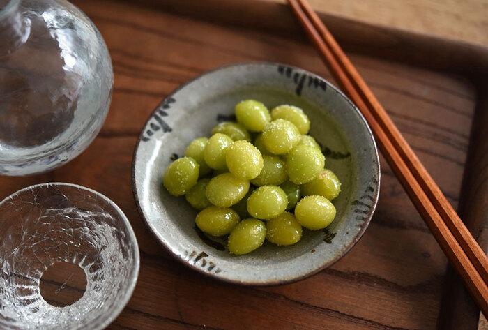 10分以下で作れる簡単レシピ。銀杏は、和テイストの深みのある色合いが魅力です。 銀杏をフライパンで素揚げして、塩をふりかけるだけで完成!楊枝に銀杏を3つくらい刺してお皿に盛り合わせたり、ピンチョスの具材として使用したりなど、アレンジして提供するのもおすすめです。