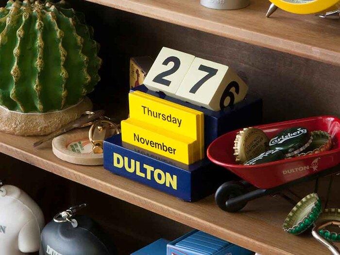一見カレンダーだと気づかれないようなインテリア性の高い万年カレンダーです。 ポップなカラーリングですが、木製のため温かみもありお部屋に馴染みます。 毎日日付を自分で変える手間はありますが、それさえも愛おしく感じる1品です。