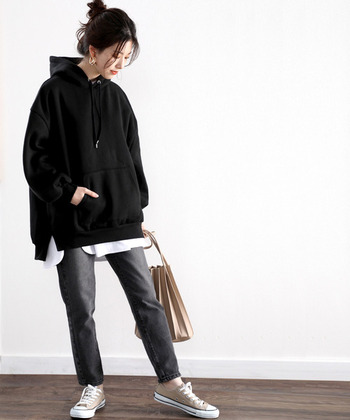 無地の黒パーカーは、秋冬コーデのレイヤードスタイルとしても使いやすさ◎シンプルだからこそ、重ね着をした時にゴチャゴチャせず、スッキリとスタイリッシュな着こなしにまとまります。