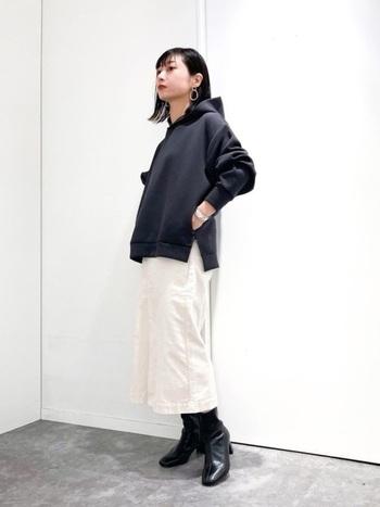 白のタイトスカートは春夏のイメージもありますが、モノトーンスタイルに仕上げれば秋冬でも違和感のないスタイルに。黒パーカー+ブーツを組み合わせることで、程よい重たさが季節感を与えてくれています。