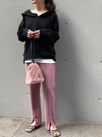 トレンドのカラーパンツを穿きこなす際にもgood。パンツの色をキレイにみせることができ、黒の落ち着きにより大人の余裕を感じさせます。