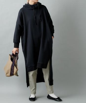 大胆にスリットが入っているタイプは、パンツやスカートと組み合わせるのがマスト。どんな色柄物とも相性がいい黒パーカーだから、お気に入りの組み合わせを見つけたいですね。