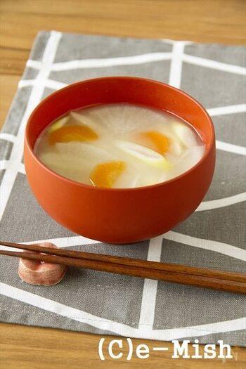 まずは定番のお味噌汁から。塩分控えめでやさしい味わいの白味噌はさまざまな野菜に合います。とくにニンジンを具材に使うと白味噌のやわらかな白さとニンジンの赤の対比も美しく見た目も華やかに仕上がります。