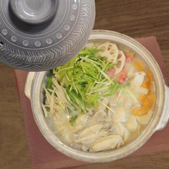 白味噌仕立てのやさしい味わいの鍋。出汁も野菜もたっぷり使い、お肉も手羽中と豚ロースの2種類が入った贅沢な鍋は、冬の家族団らんにピッタリ。