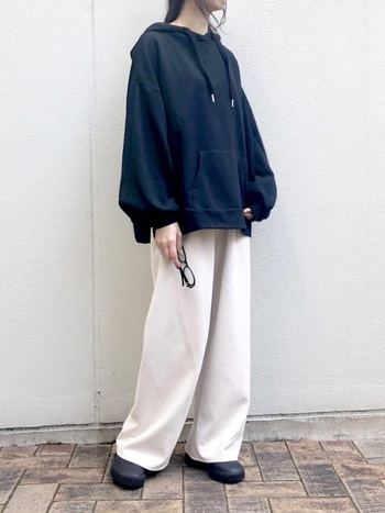 黒パーカーと白パンツ。モノトーンカラーのシンプルな着こなしは、色々なシーンで活躍するコーデです。オーバーサイズなシルエットが今っぽさを感じさせます。