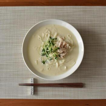 白味噌と出汁と豆乳で作ったまろやかなスープに、レンチンした蒸し鶏をトッピングした、ヘルシーなうどんは、スープまで飲み干せるおいしさです。