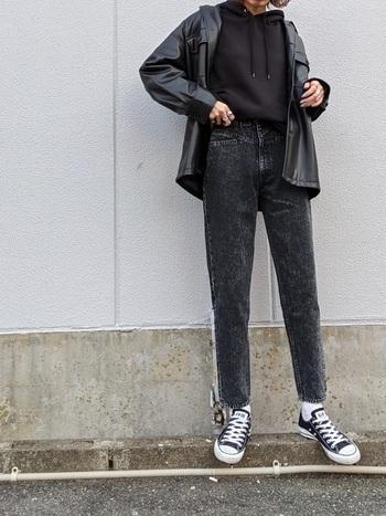 裾が短めのショート丈デザインの黒パーカーは、ハイウエストのパンツもかっこよく着こなすことができます。ウエスト位置が高くなるので、足長効果も抜群ですよ。