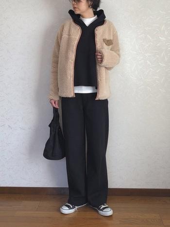 防寒に優れながらも軽量で着心地の良いボアジャケット。インナーにした黒パーカーのサイズ感も見事なレイヤードスタイルは、動きやすさ抜群♪デイリーで取り入れたいコーデです。