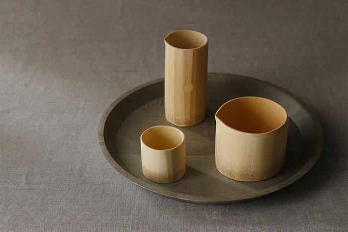するりとした竹でできた徳利とぐい吞み、片口のセットです。どれも丁寧に表面を加工してあり、素朴でありながら完成された美しさがあります。