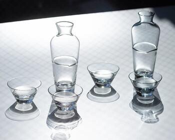 まるで透明な液体が入っているように見えるガラスの器です。ガラスの透明感とシンプルな形が心地よく清々しい気分にさせてくれます。