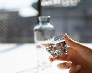お猪口はストレートなシルエットで、薄く作られた縁が口当たり良さそうです。お酒とガラスの2つの透明感を楽しめそう。