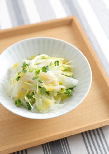 柚の絞り汁と白味噌のタレがさわやかな和え物は、いかそうめんの透明感に、玉ねぎと貝割れ菜の白と緑が美しく、おつまみにもおもてなしの前菜にも合います。