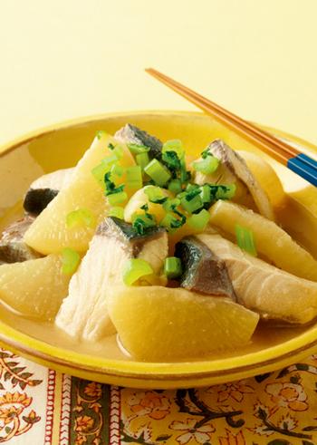 冬のブリ料理で人気のあるブリ大根。こちらは白味噌の上品な味わいと、最後に加えるバターがコクを出し、ご飯もお酒も進む味わい深い煮物です。