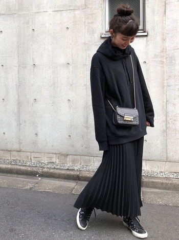 黒で揃えたワントーンコーデですが、プリーツスカートやオーバーサイズのパーカーによって、さりげなくトレンドを取り入れたコーデに。こなれたスタイルの完成です。