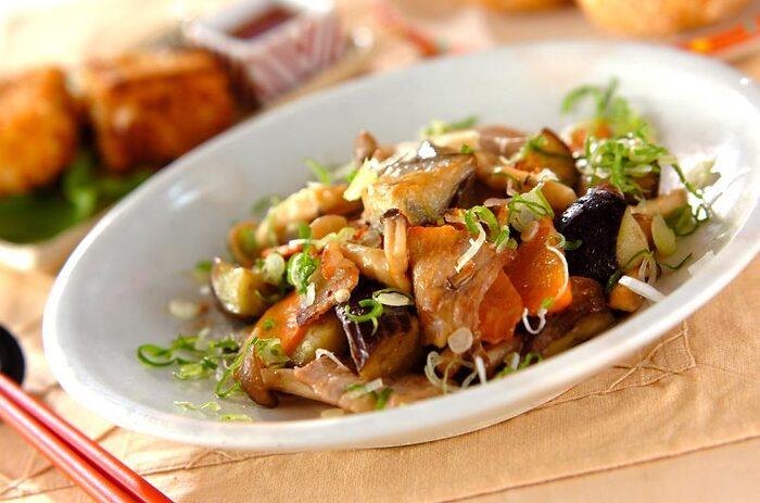 味噌味が食欲をそそる豚バラ肉と野菜の炒めもの。ナスとしめじ、ニンジンと野菜も入り、彩りもバッチリなので、お弁当のおかずにも重宝します。