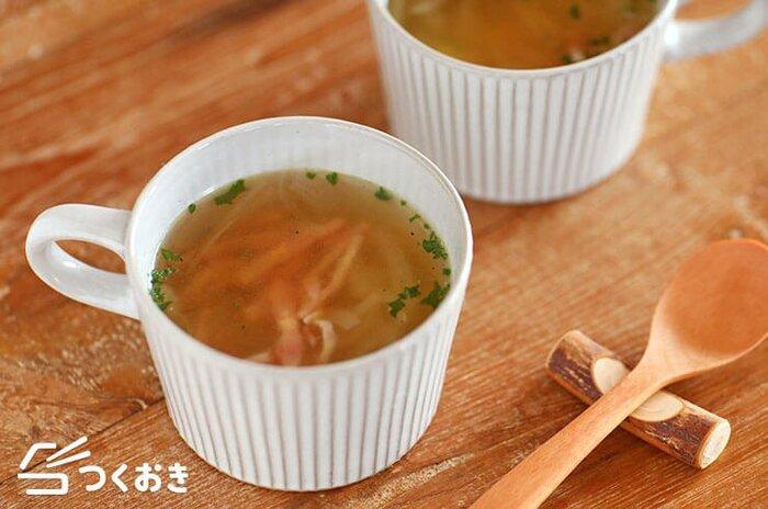 シンプルな玉ねぎとベーコンのスープなら、電子レンジを使って5分で完成!小腹が空いたときにすぐに作れるレシピなので、覚えておいて損はありません。きのこやコーンなど、お好みの具をプラスしてアレンジしても美味しそうですね。  調理時間:5分