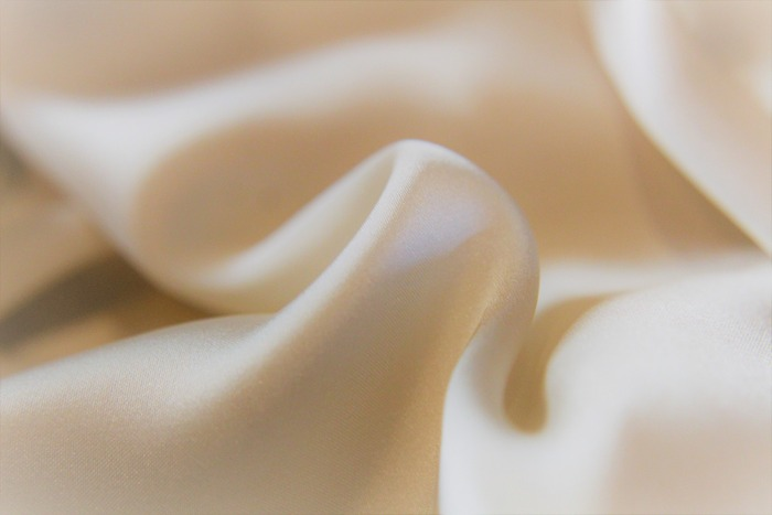 """""""シルク""""は、人間の肌と同じ「タンパク質」からできた天然繊維のため、肌なじみが良いのが特徴的。肌ざわりは、ツルツルとなめらかで、肌への刺激が少ないため、お肌が弱い人でもストレスなく身に着けられます。また、高い吸湿性・放湿性により、汗をしっかり吸いつつ、不必要な水分は放出。汗をかいても蒸れず、ほどよく温かさを保ちます。"""