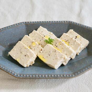 同じく味噌漬けですが、こちらは豆腐を白味噌に漬けることでチーズのような味わいに。しっかり水切りをすることでよりチーズ感が増しておいしくいただけます♪