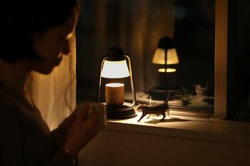 パソコンやスマートフォン、LED照明などから発されるブルーライトは、目の網膜まで届くほどの強い光。就寝前に浴びると、睡眠ホルモンを抑制してしまい、睡眠に悪影響を及ぼします。体内時計も狂わせてしまうので、就寝前に浴びるのは避けたいものです。