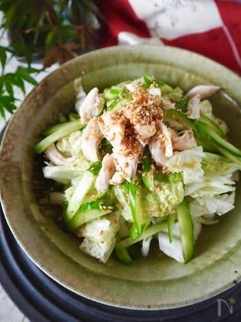 白菜のシャキシャキ感を残しつつ、蒸し鶏と一緒に合わせて主菜になるボリュームたっぷりのナムル。お箸が進みます!