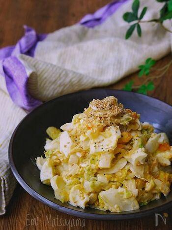 たっぷり白菜をレンジで加熱し、しんなりさせて。ゆで卵と合わせた、デリ風マヨサラダです。