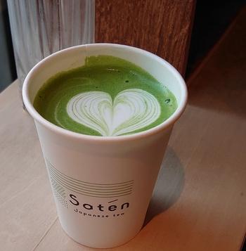 深い香りと美しい緑色が映える「ホット抹茶ラテ」。抹茶の苦みだけでなく、旨みや風味がしっかりと感じられるのが特徴。寒い日や疲れているときにほっと安らぐ一杯です。