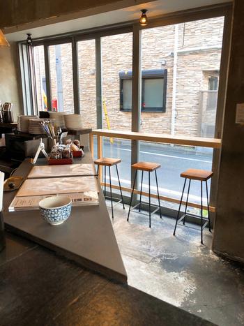 通りに面した窓際がカウンター席のほか、店内奥にも席があります。ドアや窓がオープンなので、気軽に入りやすい雰囲気です。