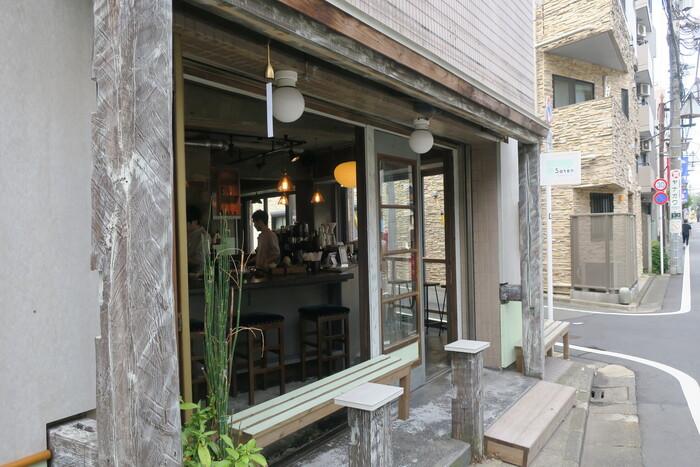 """駅近くの住宅街にある「Satén japanese tea」は、""""茶葉から一服へ""""がコンセプトの日本茶スタンドです。お店を営んでいるのは、吉祥寺にあった日本茶とコーヒーのお店「UNI STAND」で茶リスタとして活躍していた小山和裕さんと、ブルーボトルコーヒーでバリスタトレーナーを務めた経歴を持つ藤岡響さん。同一農園の茶葉を使った日本茶のドリンクを一杯ずつ丁寧に淹れています。"""