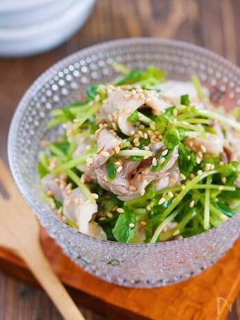 豚こまをサッとお湯で茹でたら、豆苗と合わせてタレで和えるだけ。夕食のあと一品に困ったら作りたい一品。