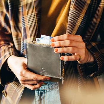 キャッシュレス化やミニバッグ需要も相まって、必需品として定着してきたミニ財布。カジュアル見えしやすいサイズ感は、大人の女性が持つには少しハードルが高いと感じる人も多いそう。グレンロイヤルなら上質なブライドルレザーで、シーン問わずきちんと見えが叶います。初めてのミニ財布としてはもちろん、長財布派のサブとしても、おすすめのアイテムです。