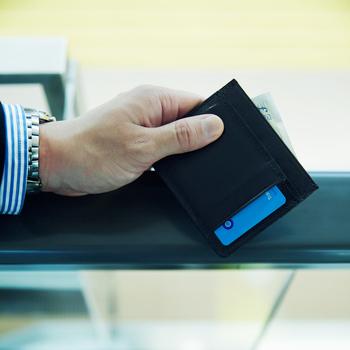 名刺を入れたり、入室カードを入れたり、オフィスシーンでも大活躍!中にICカードの相互干渉を防ぐ磁気が入っているので、表裏でICカードの使い分けができます。ポケットは全部で六つ。中央のポケットは二つ折りのお札が収納可能な高さになっているので、キャッシュレス決済に順応している人ならお財布代わりにも。グレンロイヤルならではの機能美の高さがうかがえる逸品です。