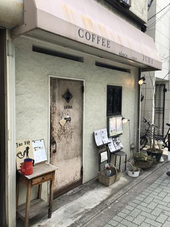 駅の南口からのびる商店街にある「JUHA」は、アンティーク風のドアと小さく掲げられた看板が目印の喫茶店です。