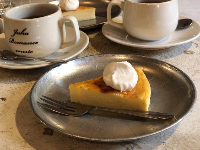 トーストやケーキなど、軽く食べたいときにちょうど良いメニューがそろっています。自家焙煎のコーヒーと一緒にいただけば、至福の時間が訪れますよ。コーヒー豆の購入も可能です。