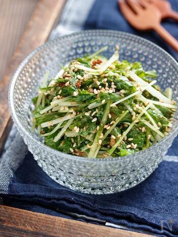 包丁いらずでポリ袋で作れる、パパっとできちゃう副菜。しおれそうな水菜の消費にどうぞ。