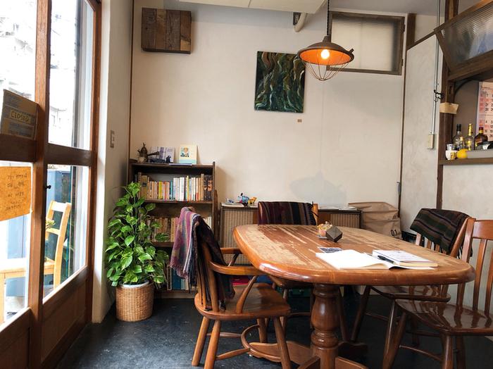 内装は、同じ西荻窪にある工務店「カラクタ工房」が手がけているそう。不ぞろいのアンティーク家具など温もりを感じますね。