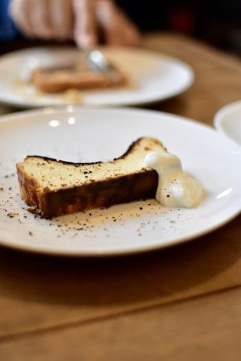 都内でも指折りのチーズケーキと評判の「ブラックチーズケーキ」。甘さ控えめのチーズケーキにブラックペッパーを散らした大人好みの味わいです。