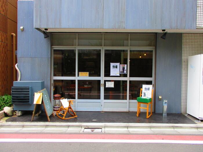 西荻窪駅から5~6分のところにある「驢馬とオレンジ」は、古材や古道具を取り入れたインテリアがステキなカフェ。不定期で個展が開かれていることもあるので、気になる方は公式SNSをチェックしてみてください。
