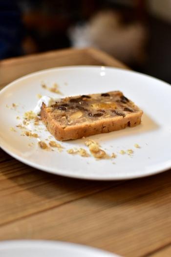 「ラムケーキ」も人気のスイーツ。ラム酒を効かせたケーキに、くるみやレーズン、オレンジピールなどがぎっしり。しっとりしていて、濃いめのコーヒーに良く合います。