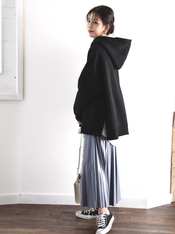 しっかり大きめなメンズサイズも、スカートを合わせれば女性の華奢さが強調されて可愛いコーデも楽しめます。