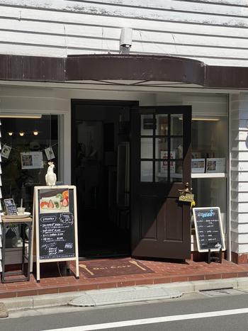 西荻窪駅の南口から歩いて5~6分のところにある「Ogi cafe」は、フォトジェニックなフルーツサンドが話題のお店です。
