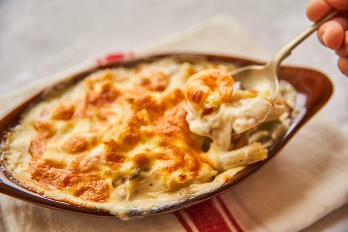 マカロニグラタンといえば、エビ&マッシュルームもお馴染み。こちらもフライパンひとつで、具材を炒めるところからホワイトソースまで仕上げていきます。しっかり焼き色がついたチーズに食欲をそそられます。