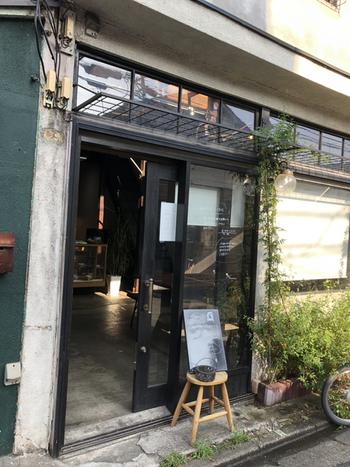 西荻窪駅の北口から徒歩12分ほどのところにある「棗」は、木造2階建ての一軒家をリノベーションしたカフェ。初めて訪れた方も、どこか懐かしい気分に浸れるノスタルジックな雰囲気のお店です。